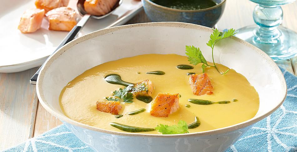 Suppe von Frühlingsmöhren mit Lachswürfeln