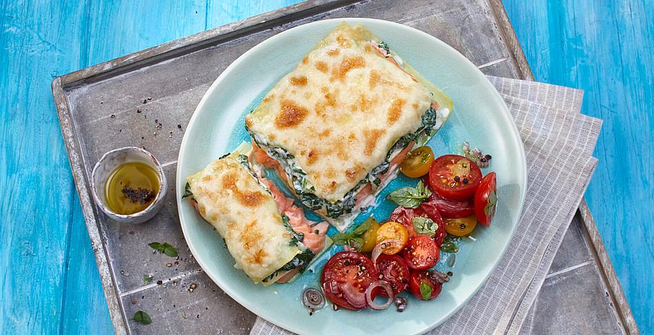 Lachslasagne mit mediterranem Tomatensalat