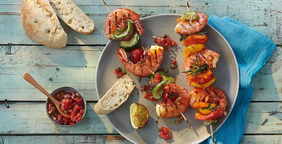 Garnelen-Gemüsespieße vom Grill mit Tomatensalsa