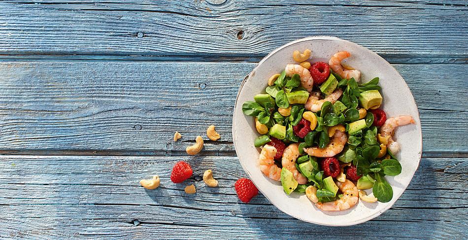 Fruchtiger Feldsalat mit Garnelen