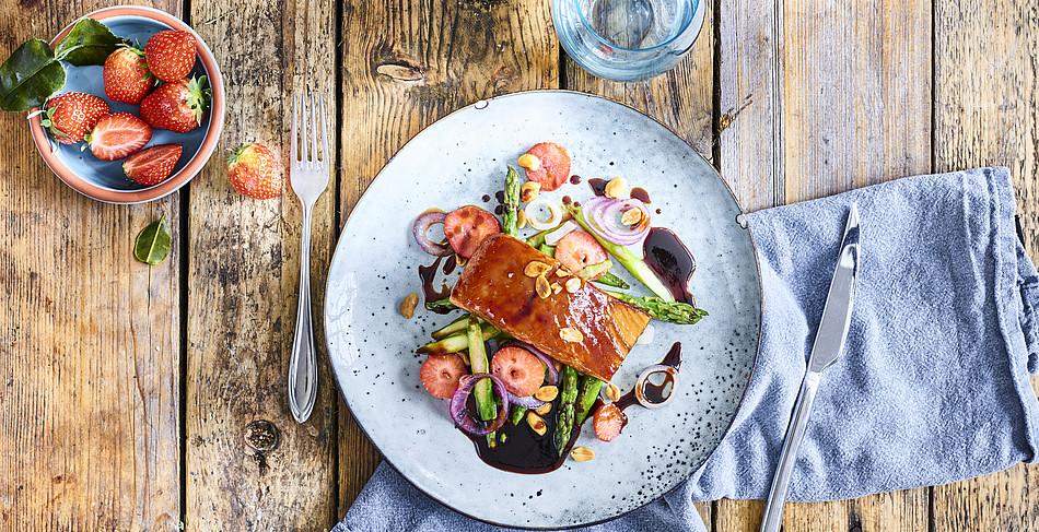 Gebackenes Lachsfilet mit Teriyaki-Sauce und Spargel-Erdbeer-Gemüse