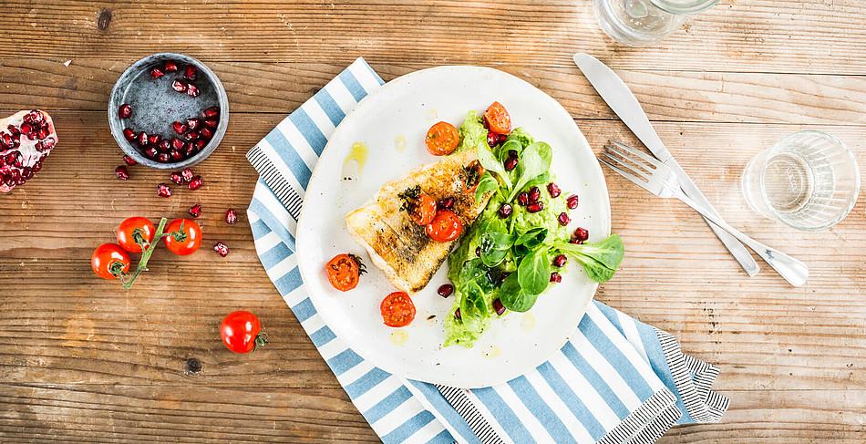 Zander auf Erbsenpüree mit Tomaten und Granatapfelsalat