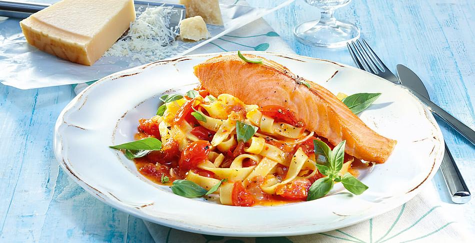 Lachsfilets mit Tagliatelle und Tomatensoße