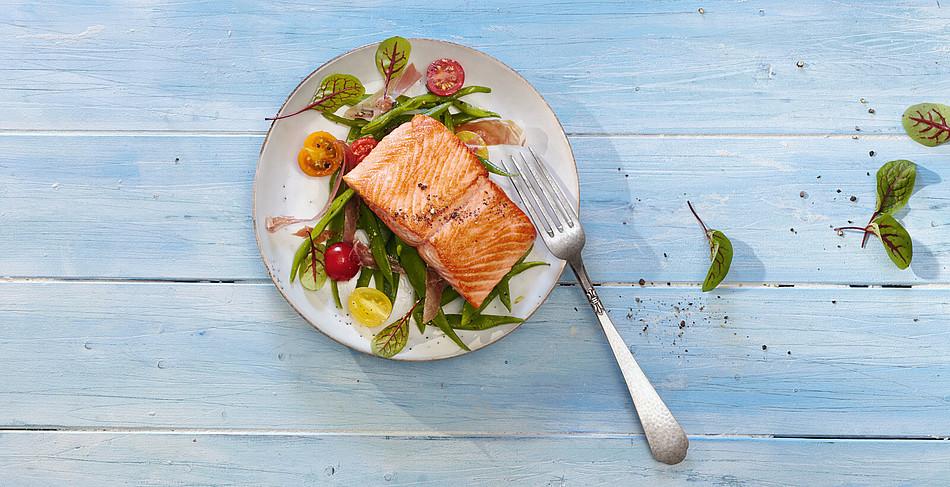 Wildlachsfilet mit Bohnen-Schinken-Salat