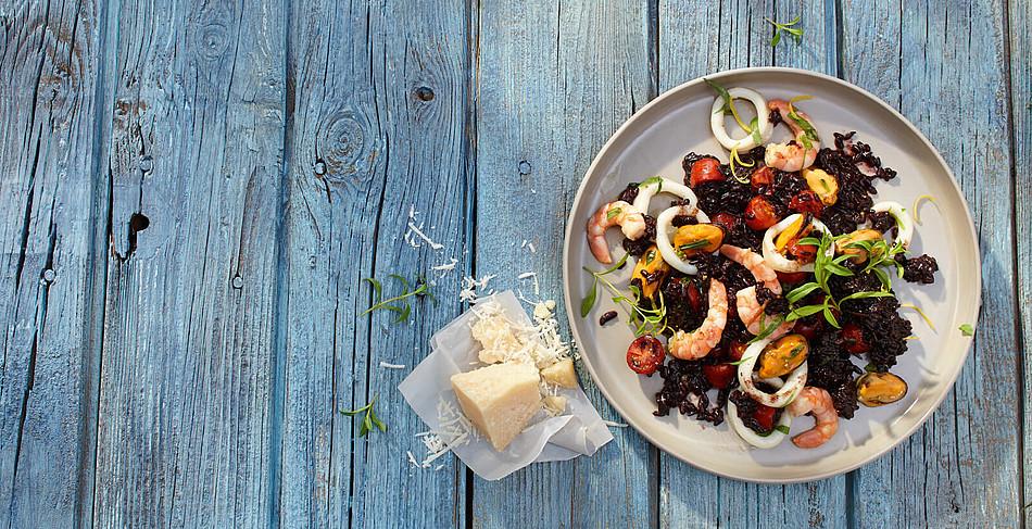 Frutti di Mare-Paella mit schwarzem Venere-Reis