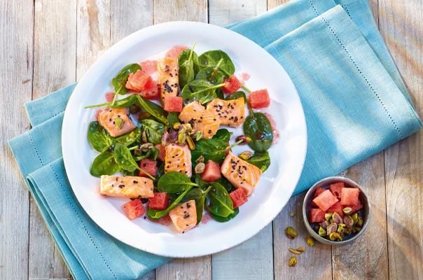 Gebratene Lachswürfel auf Spinat-Melonensalat