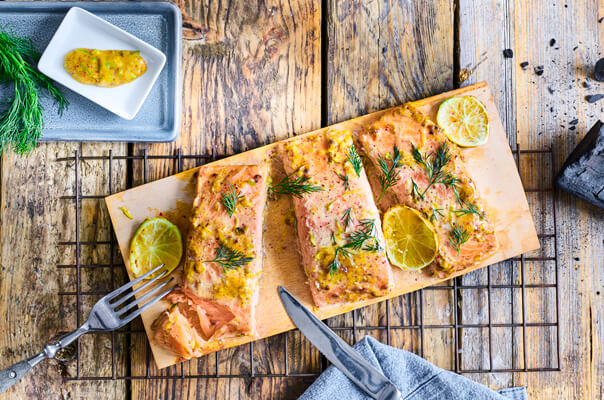 How to: Lachsfilets auf einer Planke grillen