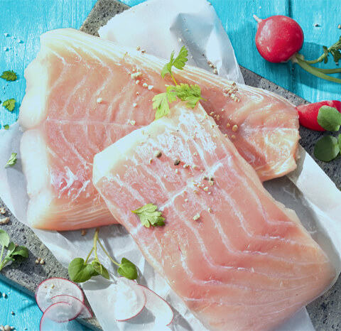 Eine Person, die einen Fisch filetiert