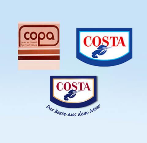 Drei COSTA Logos auf hellblauem Hintergrund
