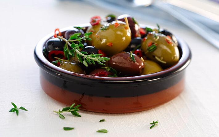Oliven, die in einem Tapas Schälchen liegen